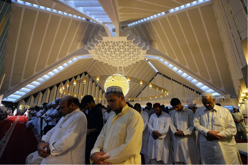 Pakistanis performing Taraweeh