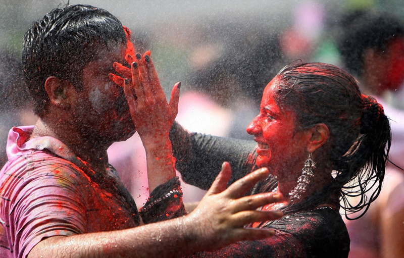 couple-playing-with-holi-putiing-colors-oin-each-other-Happy-Holi-2015-
