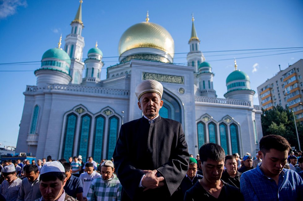 Russian Muslims pray outide the central mosque in Moscow in the morning of Eid. (Alexander Utkin, AFP)