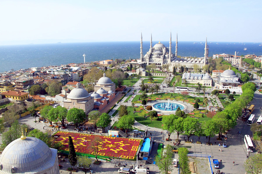 Bird's eye view of the Tulip Carpet at Sultanahmet Square. Photo: turkishrealitynews.com